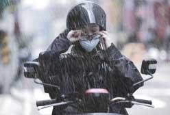 騎車通勤抗「疫」 戴口罩卻眼前霧茫茫